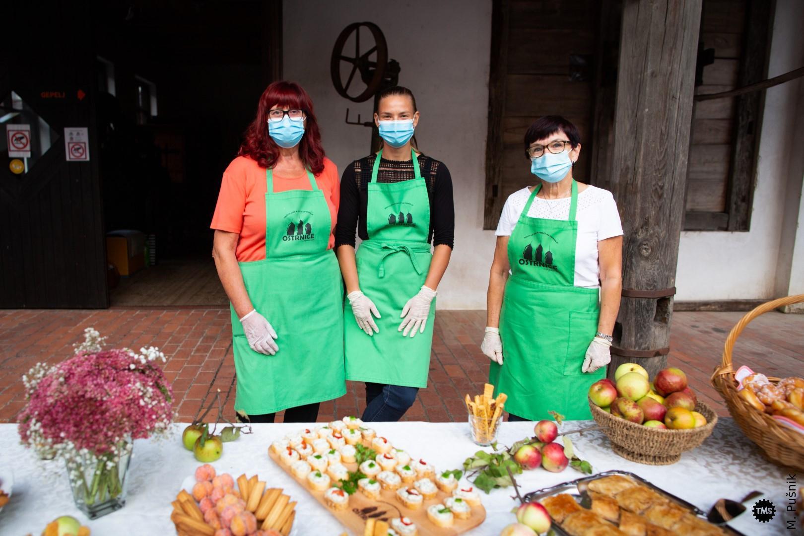 Pogostitev je pripravilo Društvo žena in deklet na podeželju Ostrnice .