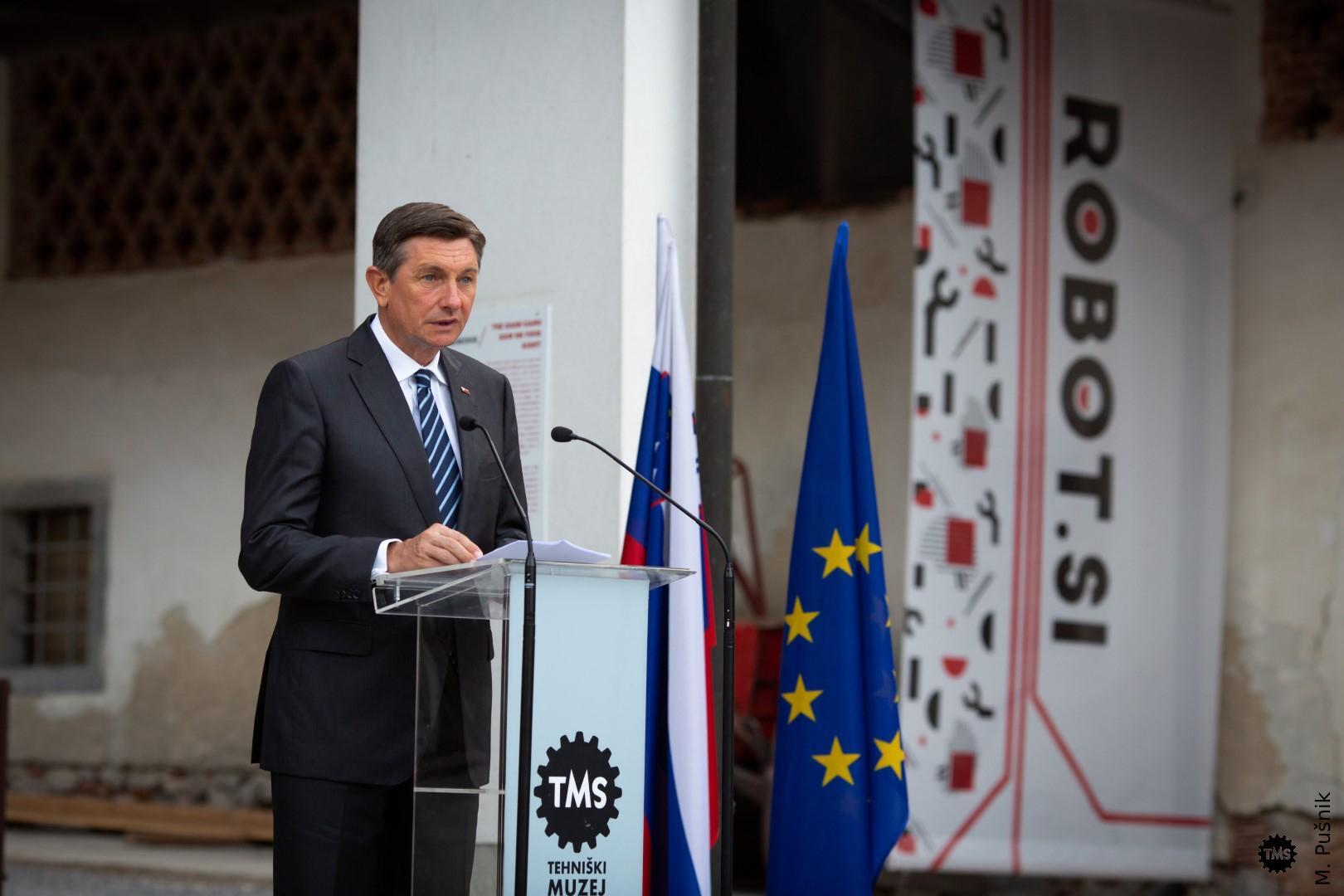 Razstavo je odprl predsednik RS Borut Pahor .