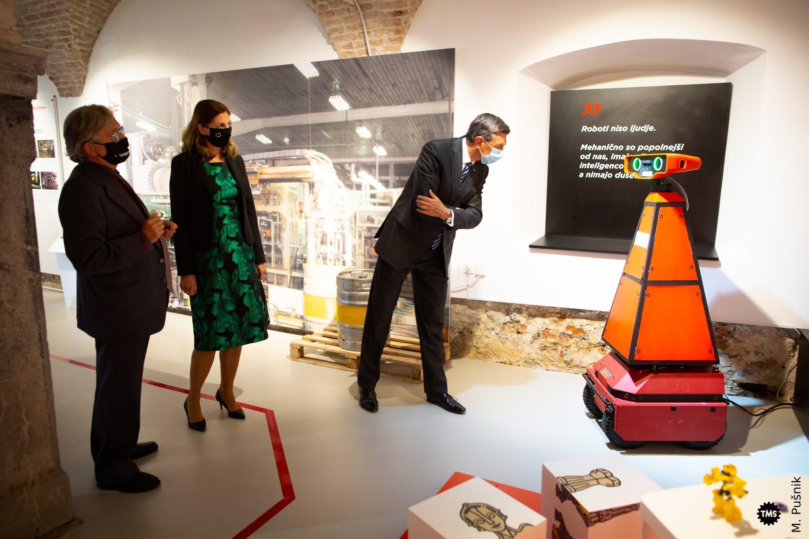Predsednik RS Borut Pahor na ogledu razstave v spremstvu direktorice TMS dr. Barbare Juršič in avtorja razstave dr. Oresta Jarha.
