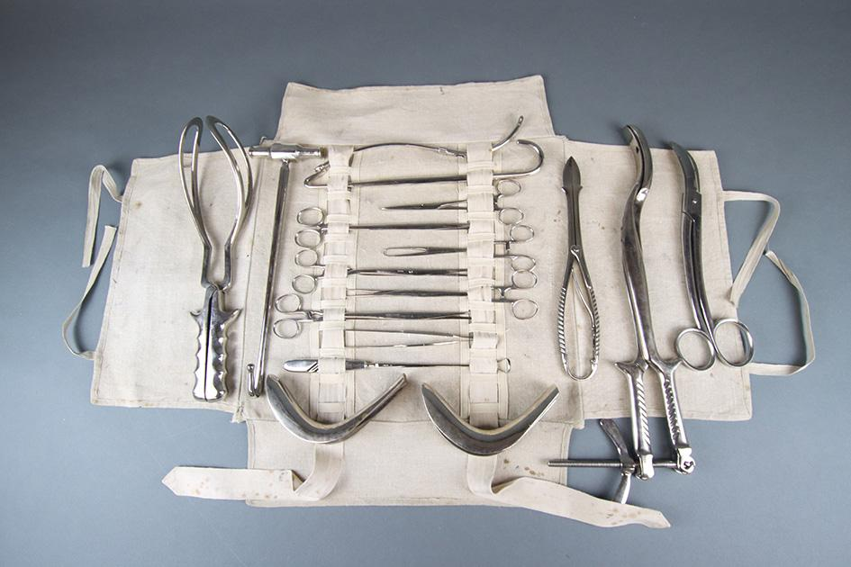 Ginekolosko porodnisko kirurski instrumentarij iz kovcka dr Josipa Straska iz zacetka 20 stoletja Foto Jaka Blasutto